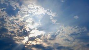 Härliga strålar av ljus till och med molnen royaltyfria bilder
