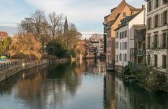 Härliga Strasbourg med färgrika hus reflekterade i kanalen Arkivbilder