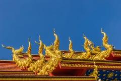 Härliga svan- och nagaskulpturer på det kyrkliga taket under bakgrunden för blå himmel på Wat Rong Suea Ten Temple, också som är  Arkivbild