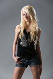 härliga svarta blonda jeansskjortakortslutningar Arkivbild