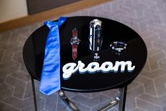 Härliga svarta läderskor och annan tillbehör av brudgummen på den svarta tabellen Royaltyfri Foto