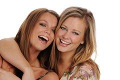 härliga systrar som ler två barn Arkivbilder