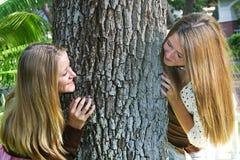 Härliga systrar som utomhus spelar Royaltyfria Bilder