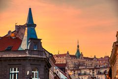 Härliga tak för Prague solnedgång på sommar fotografering för bildbyråer