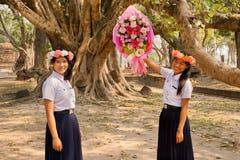 Härliga thailändska flickor med blommakransen som förbereder sig för nationell ferie Royaltyfri Bild