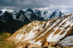 Härliga Tien Shan maxima och berg nära Almaty royaltyfri fotografi