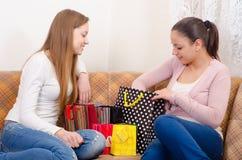 Flickor som har gyckel, når att ha shoppat Fotografering för Bildbyråer
