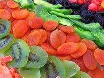 Härliga torkade frukter på skrivbordet arkivfoton