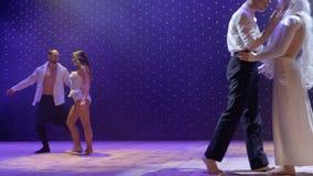 Härliga trick för akrobat` s på etappen i teater arkivfilmer