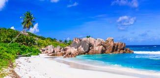 Härliga tropiska strandAnse Cocos, LaDigue ö, Seychelle fotografering för bildbyråer