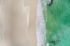 Härliga tropiska vita tömmer stranden, och havet vinkar sett från över Flyg- sikt för Seychellerna strand royaltyfri foto