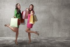 Härliga två asiatiska kvinnlig med shoppingpåsar Fotografering för Bildbyråer