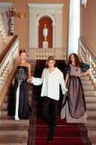 Härliga två kvinnor och en man i kläderen av den 18th centuren Arkivfoto