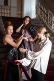 Härliga två kvinnor och en man i kläderen av den 18th centuren Royaltyfri Fotografi