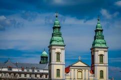 Härliga tvilling- kyrkliga torn i Budapest Royaltyfria Foton