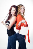 Härliga tvilling- systrar med gåvor arkivfoto