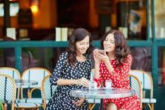 Härliga tvilling- systrar som dricker kaffe Royaltyfria Foton