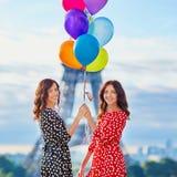 Härliga tvilling- systrar som dricker kaffe Royaltyfri Fotografi
