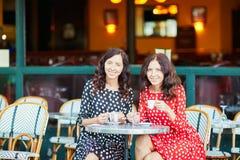 Härliga tvilling- systrar som dricker kaffe Royaltyfri Bild