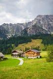 Härliga typiska berggästhus på österrikiska fjällängar Royaltyfri Fotografi