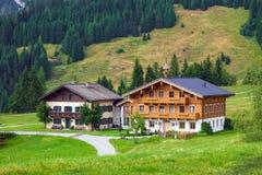 Härliga typiska berggästhus på österrikiska fjällängar Royaltyfri Bild