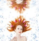 härliga undervattens- flickahårtulpan arkivfoto