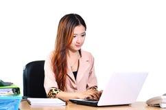 Härliga unga asiatiska affärskvinnor som ler med datornotebo Royaltyfria Bilder