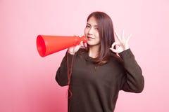 Härliga unga asiatiska den reko kvinnashowen meddelar med megafonen Royaltyfri Foto