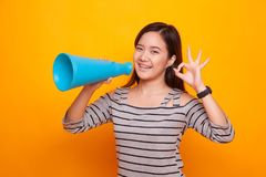 Härliga unga asiatiska den reko kvinnashowen meddelar med megafonen Royaltyfri Bild