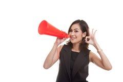 Härliga unga asiatiska den reko kvinnashowen meddelar med megafonen Royaltyfri Fotografi