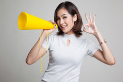 Härliga unga asiatiska den reko kvinnashowen meddelar med megafonen Arkivfoto