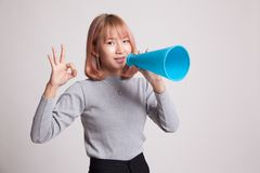 Härliga unga asiatiska den reko kvinnashowen meddelar med megafonen Arkivbilder