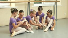 Härliga unga ballerina på dansstudion lager videofilmer
