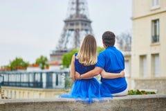 Härliga unga datummärkningpar i Paris Royaltyfri Foto