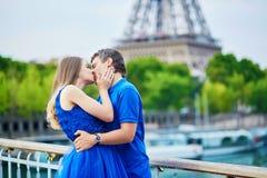 Härliga unga datummärkningpar i Paris Royaltyfria Foton
