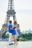 Härliga unga datummärkningpar i Paris Royaltyfri Fotografi