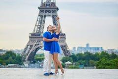 Härliga unga datummärkningpar i Paris Arkivfoton