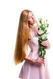 Härliga unga kvinnor med blomman av eustomaen royaltyfria bilder