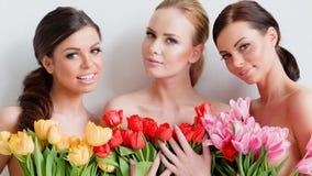 Härliga unga kvinnor med tulpan stock video