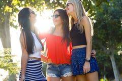 Härliga unga kvinnor som har gyckel på parkera Arkivbilder