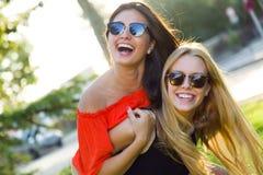 Härliga unga kvinnor som har gyckel på parkera Royaltyfria Foton