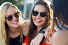 Härliga unga kvinnor som har gyckel på parkera Fotografering för Bildbyråer