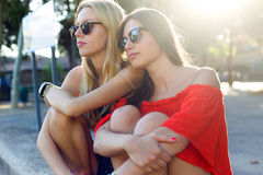 Härliga unga kvinnor som har gyckel på parkera Arkivbild