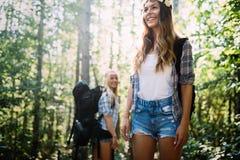 Härliga unga kvinnor som spenderar tid i natur Royaltyfria Bilder