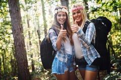 Härliga unga kvinnor som spenderar tid i natur Arkivfoton