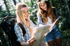 Härliga unga kvinnor som spenderar tid i natur Arkivbild