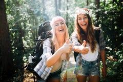 Härliga unga kvinnor som spenderar tid i natur Royaltyfri Bild