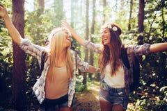Härliga unga kvinnor som spenderar tid i natur Royaltyfria Foton
