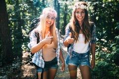 Härliga unga kvinnor som spenderar tid i natur Arkivbilder