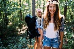 Härliga unga kvinnor som spenderar tid i natur Royaltyfri Fotografi